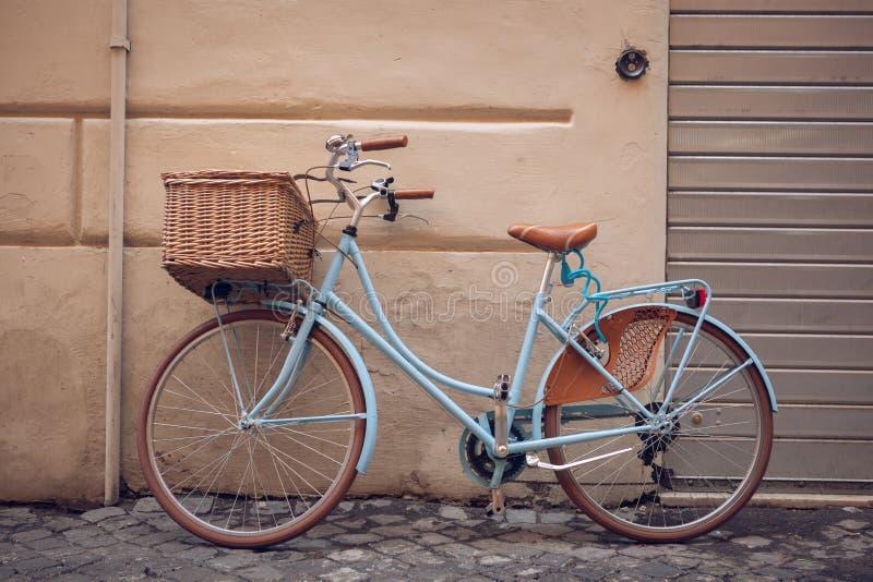 Błękitny rocznika miasta bicykl z koszem obrazy royalty free