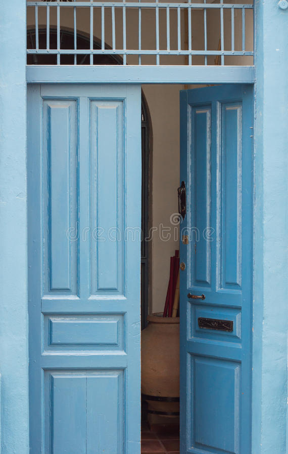 Błękitny rocznika otwarte drzwi obrazy royalty free