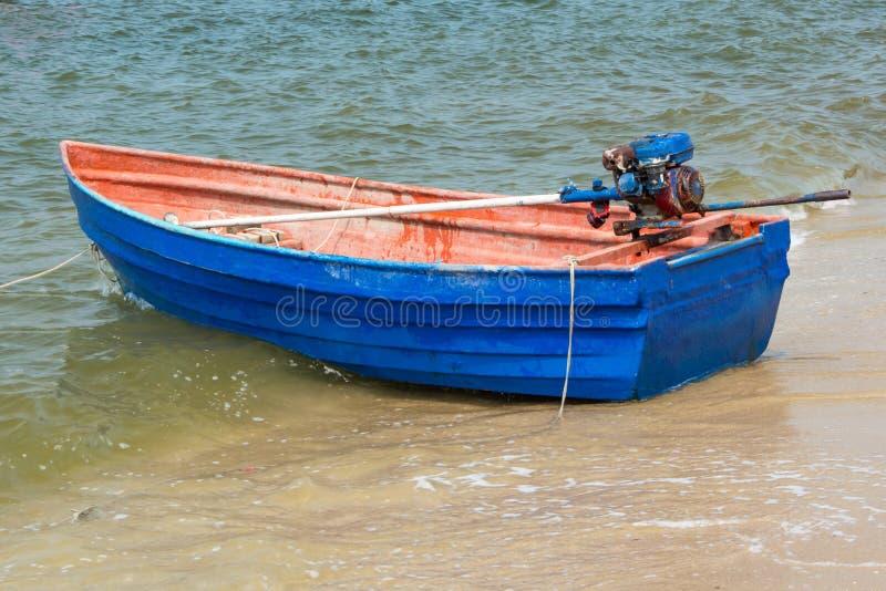 Błękitny rowboat na plaży zdjęcia stock