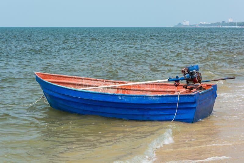 Błękitny rowboat na plaży fotografia stock