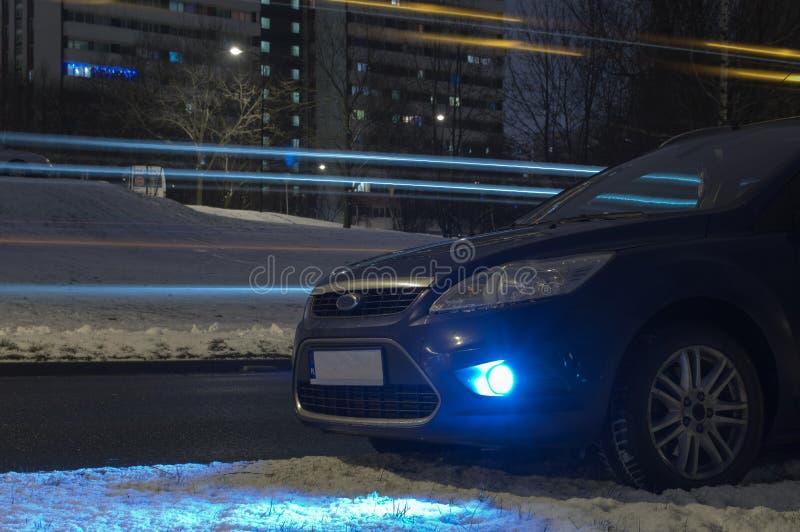 Błękitny samochód w mieście przy nocą zdjęcie royalty free