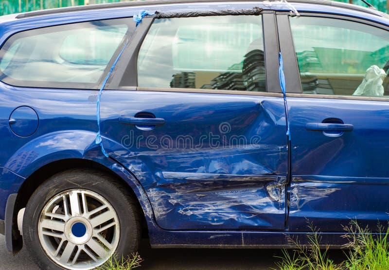 Błękitny samochodowy wklęśnięcie w drzwi obraz royalty free