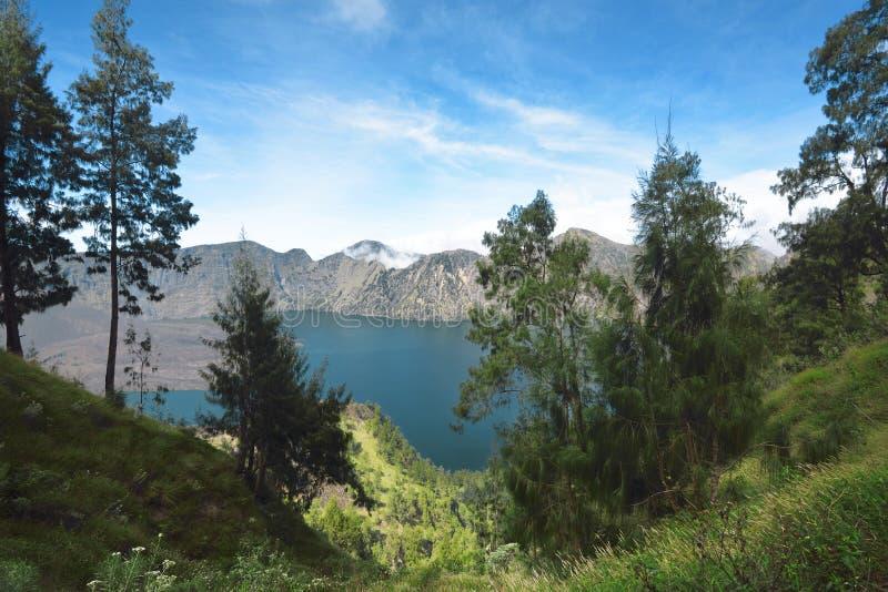 Błękitny Segara Anak jezioro na kraterze góra Rinjani obrazy royalty free