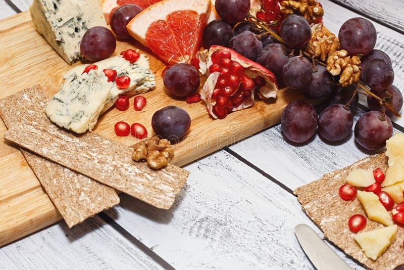 Błękitny ser z owoc i krakers, przekąska pomysł zdjęcia stock