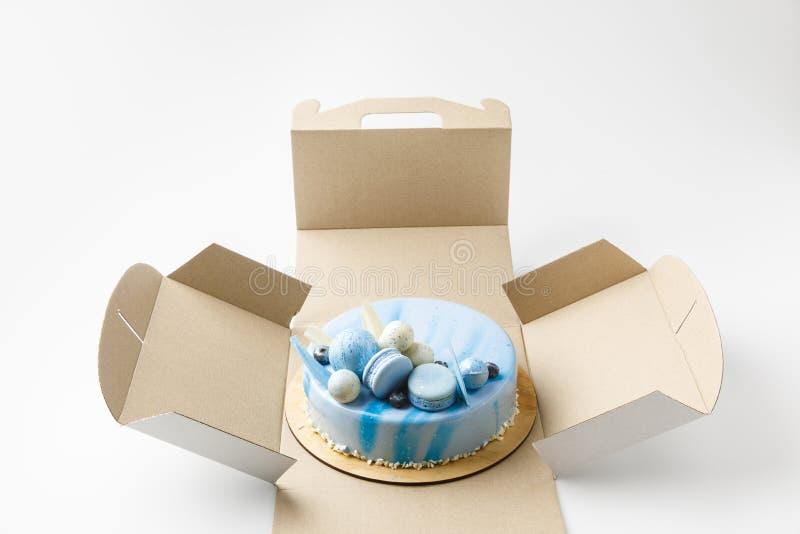 błękitny smakowity tort w rozpieczętowanym pudełku obraz royalty free