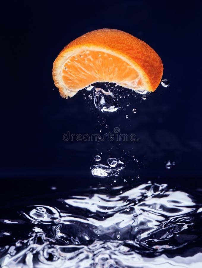 błękitny spadać mandarynki pomarańcze woda zdjęcia stock