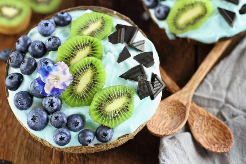 Błękitny Spirulina i Jagodowy Smoothie puchar z czarnymi jagodami i kiwi obraz stock