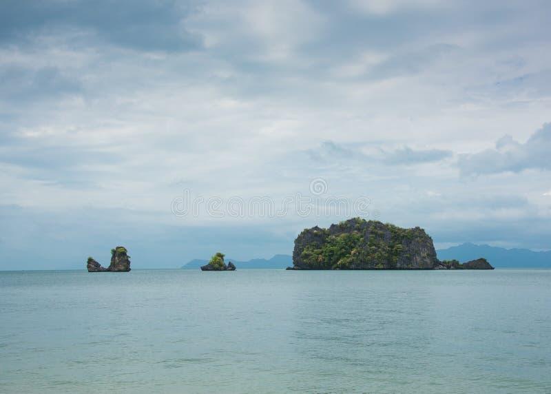 Błękitny spokojny seascape z małymi wyspami od Langkawi wyspy, Malezja zdjęcia royalty free