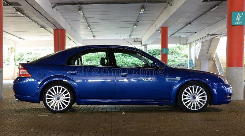 Błękitny sporta samochód w garażu obrazy royalty free