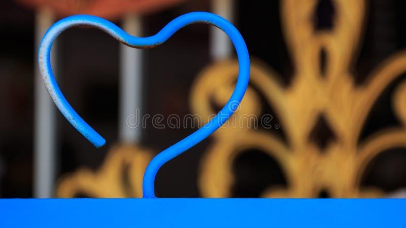 Błękitny stalowy serce kształtujący valentine miłości pojęcie zdjęcia royalty free