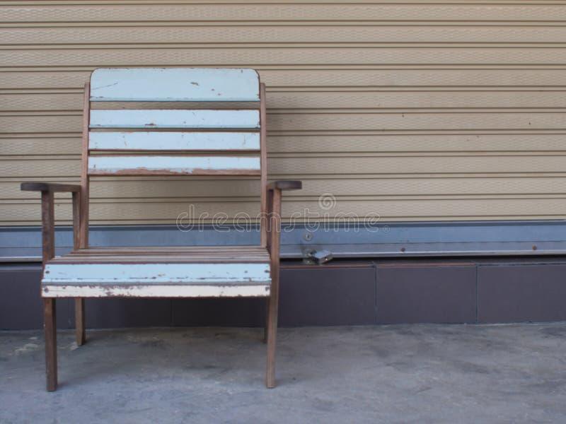 Błękitny stary drewniany krzesło samodzielny obraz stock