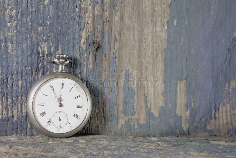 Błękitny stary drewniany tło z starym kieszeniowym zegarkiem zdjęcia royalty free