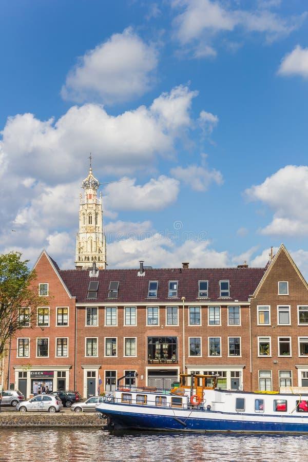 Błękitny statek i kościelny wierza przy kanałami Haarlem zdjęcia stock