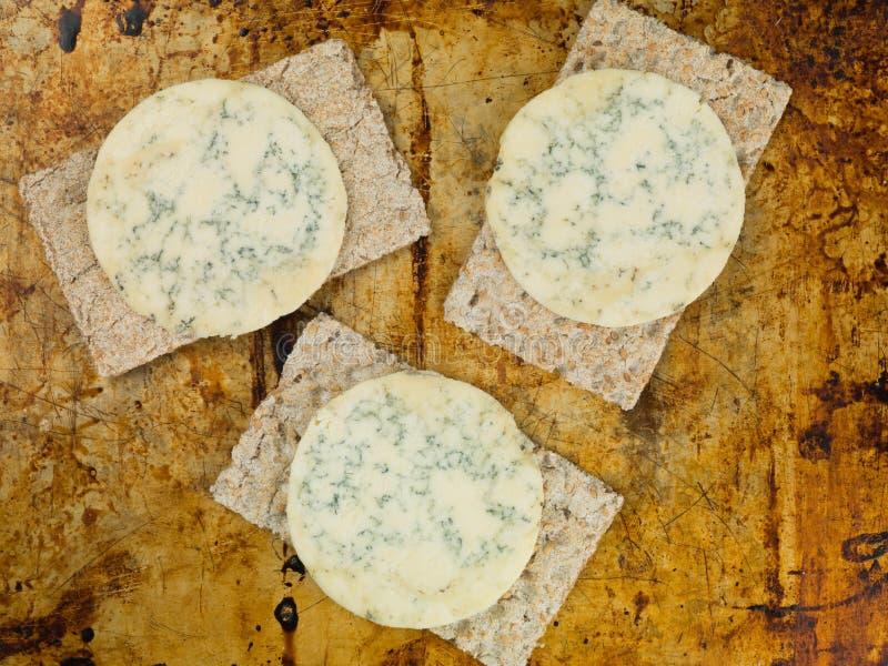 Błękitny Stilton ser na Cienkich Chrupiących Wholewheat krakers zdjęcie stock