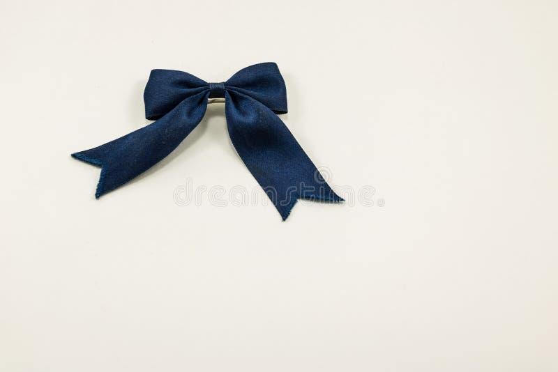 Błękitny sukienny łęk na białym tle zdjęcia royalty free