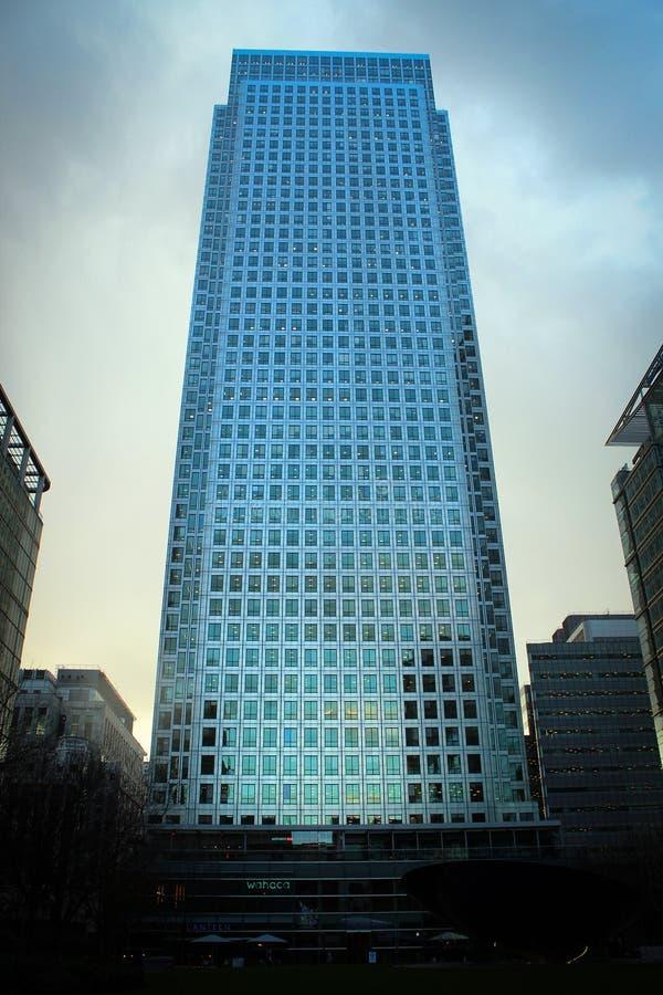 Błękitny szkła wierza przy Canary Wharf okręgiem, Londyn obraz royalty free