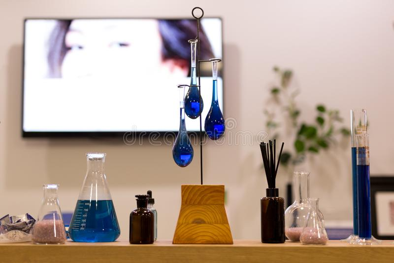 Błękitny szklanych tubk scince z cieczem w próbnych tubkach w piękno zdroju zdjęcie stock