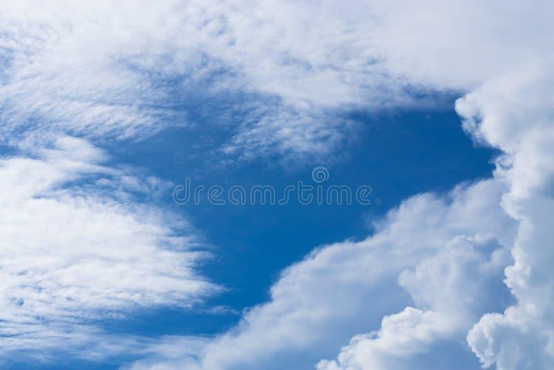 Błękitny tło w powietrzu fotografia stock