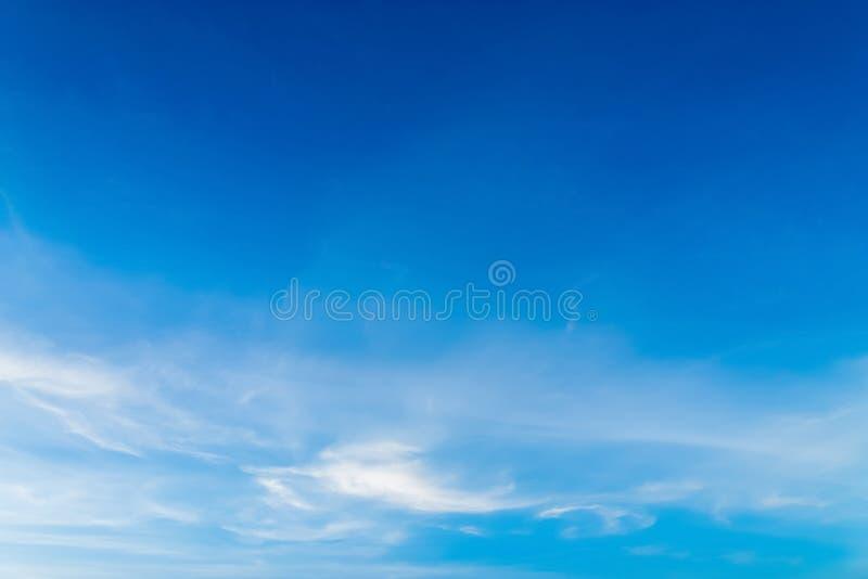 Błękitny tło w powietrzu obraz stock