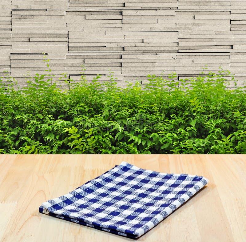 Błękitny tablecloth na drewnianym materialnym tle zdjęcia stock