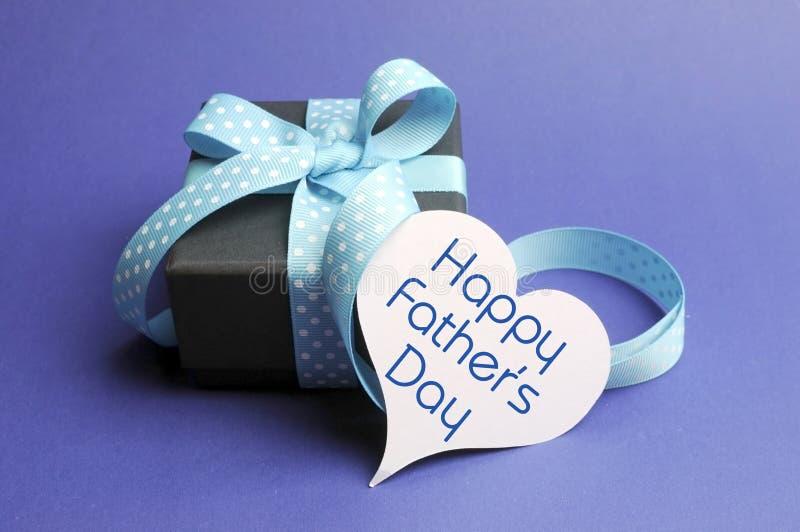 Szczęśliwy ojca dnia tematu błękitny prezent i wiadomość na kierowej etykietce zdjęcie stock