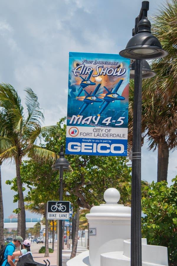 Błękitny tkanina znak na latarni reklamuje fort lauderdale pokazu lotniczego który miał miejsce na Maju 4th, 5th i Tam są drzewka zdjęcia royalty free