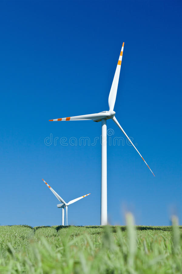 błękitny trawy pozioma nieba turbina wiatr zdjęcia stock