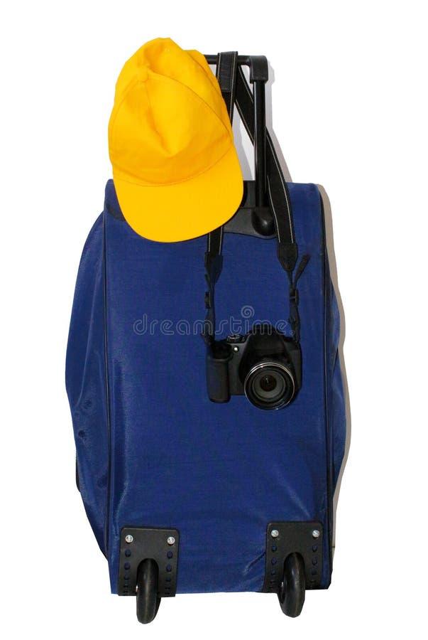 Błękitny walizka z podróżników akcesoriami na Błękitny jaskrawy tle Minimalny styl zdjęcia stock