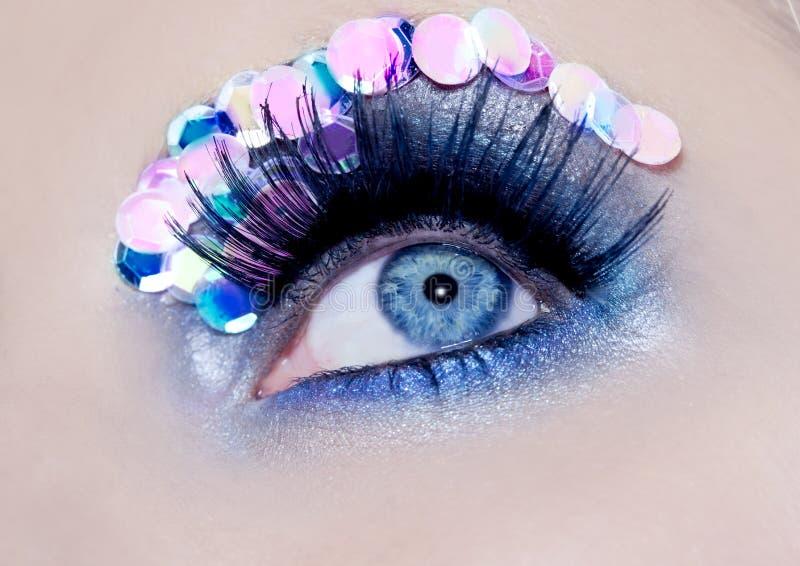 błękitny zbliżenia kolorowego oka makro- makeup cekiny obraz royalty free