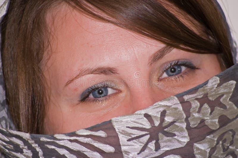 Błękitny zbliżenie przygląda się szarych s szalika kobiety potomstwa