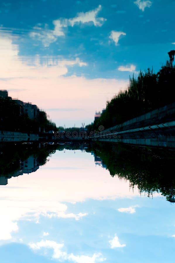 Błękitny zmierzch na rzece fotografia stock