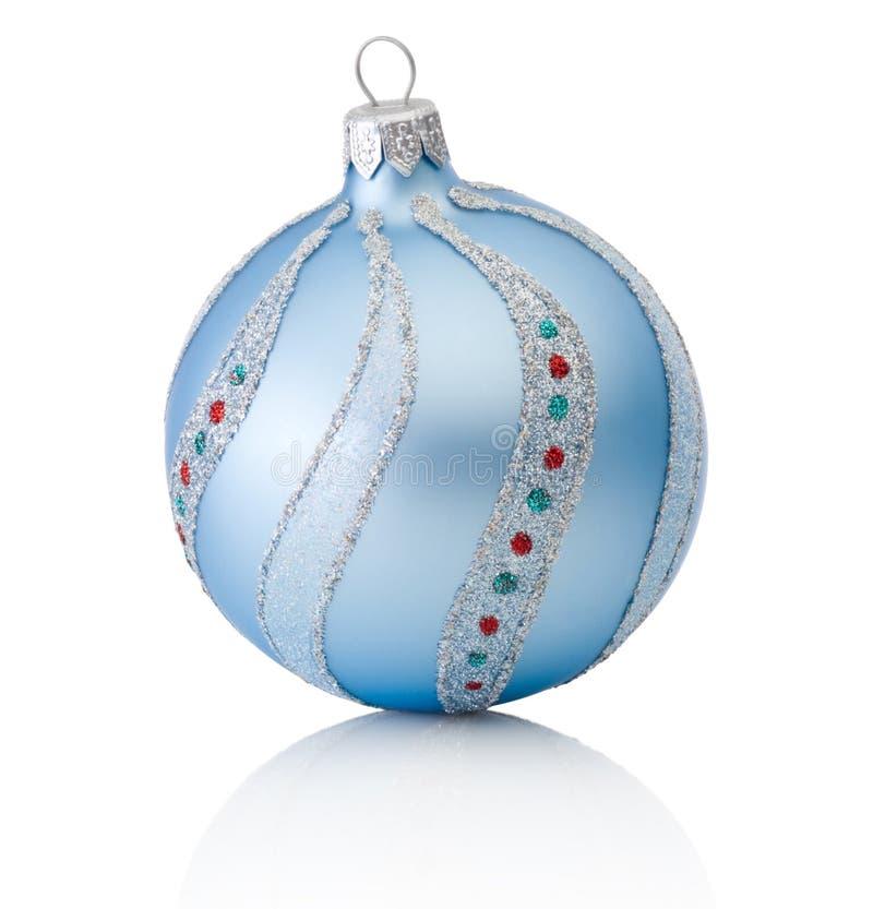 Błękitnych dekoracj Bożenarodzeniowa piłka Odizolowywająca na białym tle fotografia royalty free