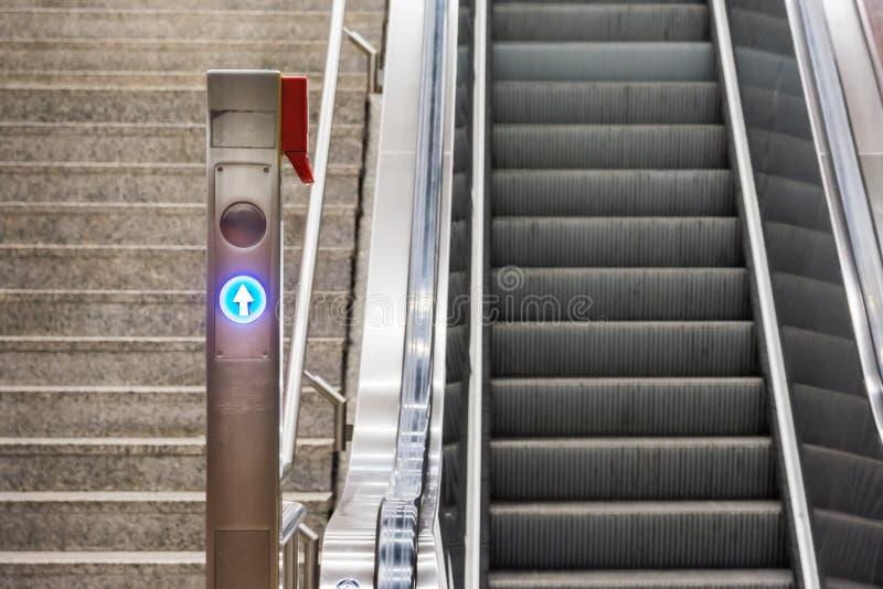 Błękitnych Strzałkowatych eskalatorów schodków dworca Elektryczny metal Conveyo fotografia stock