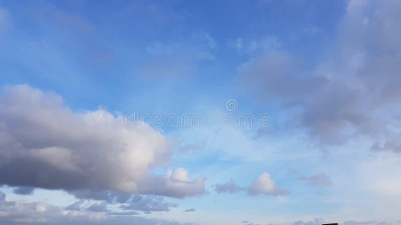 Bławy jesieni niebo z chmurami zdjęcia royalty free