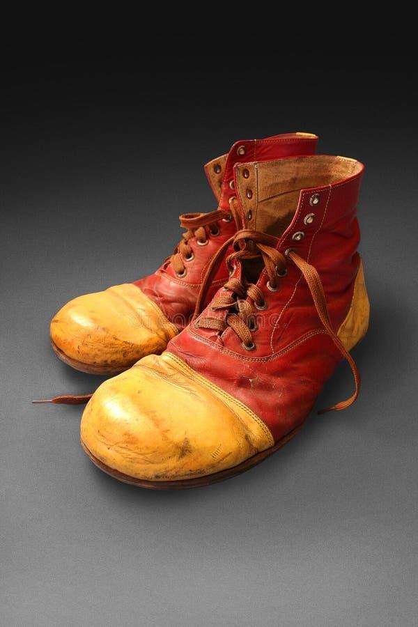 Błazenów buty na popielatym tle zdjęcia royalty free