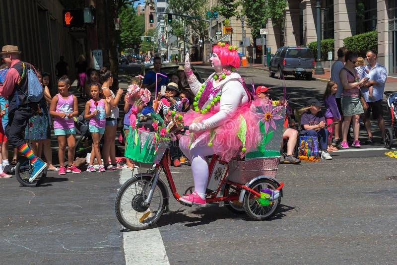 Błazenu Jeździecki trójkołowiec przy 2015 Portlandzkimi Uroczystymi Kwiecistymi paradami obraz royalty free