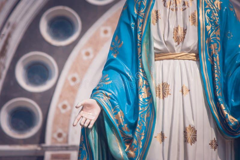 Błogosławiona maryja dziewica statuy pozycja przed katedrą Niepokalany poczęcie przy Rzymskokatolicką diecezją obraz royalty free