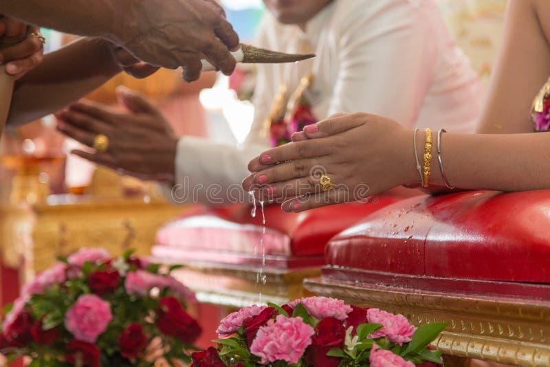 Błogosławiony wodny nalewający out w tajlandzkiej ślubnej ceremonii obrazy stock