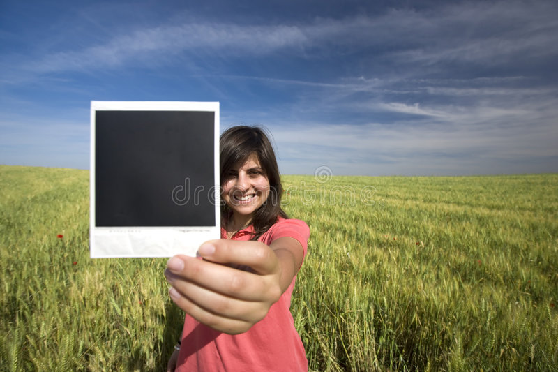 błony gospodarstwa polaroidu jednolitego young uśmiechnięci kobiety obrazy royalty free