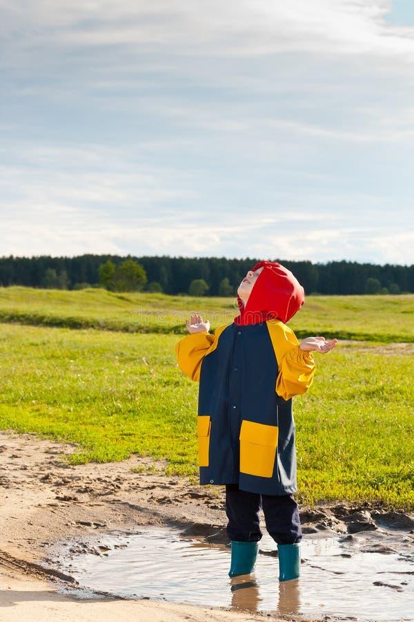 błotnista chłopiec kałuża zdjęcia stock
