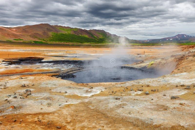 Błoto puszkuje w geotermicznym terenie Hverir, Iceland fotografia stock