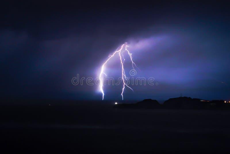 Błysk błyskawica na chmurnym dniu przy nighttime nad morzem obrazy stock