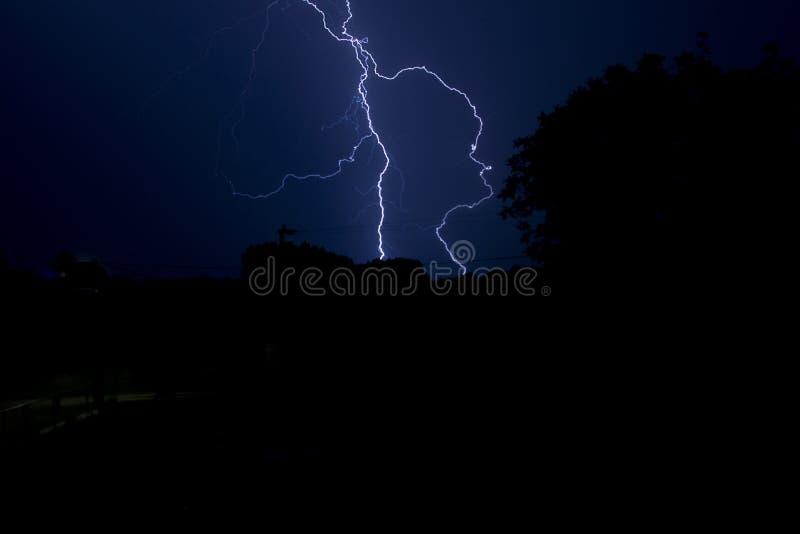 Błysk błyskawica przy nocą obrazy stock