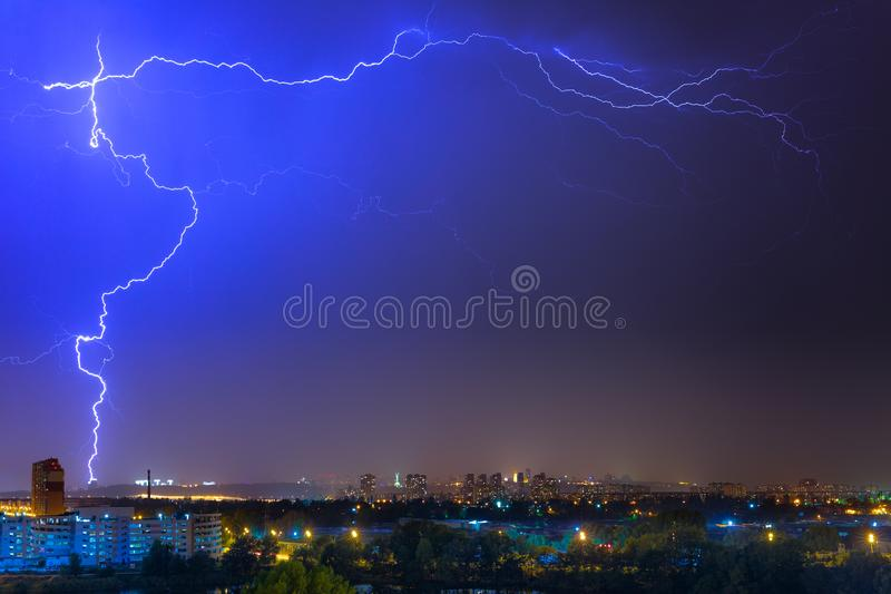Błyskawica nad miastem przy lato burzą Dramatyczny, breathtak zdjęcia stock