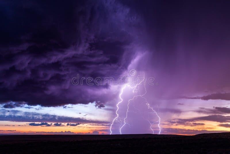 Błyskawica od burzy przy zmierzchem obraz stock