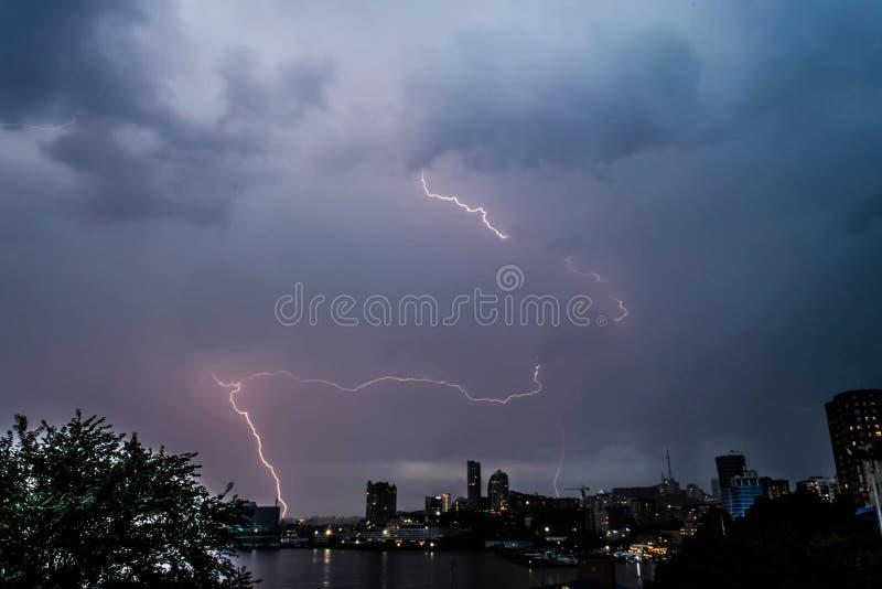 Błyskawica podczas burzy na niebie Naturalne zjawisko obrazy royalty free