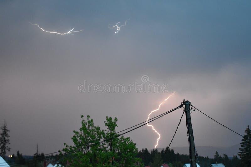 Błyskawica przy odległością i burza zdjęcie royalty free