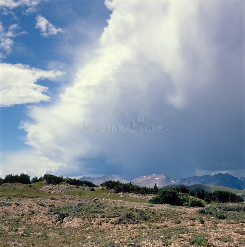 Błyskawicowa burza stacza się nad pikapu śladem, Skalistej góry park narodowy, Kolorado obraz royalty free