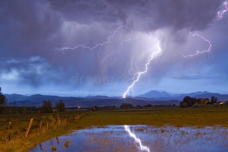 Błyskawicowy krzesanie pogórza Skaliste góry zdjęcie royalty free