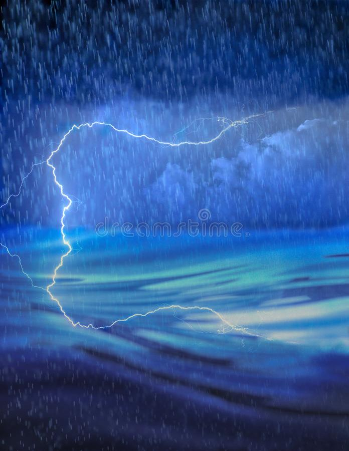 Błyskawicowy odbicie lustrzane tworzący wodą podczas podeszczowej burzy - pogoda i morze obrazy royalty free